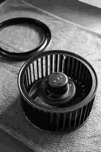 家の中で一番油汚れが頑固で面倒なキッチンの換気扇やコンロ周り、時間がかかるので早めに取り掛かりましょう。  ■使うもの・・セスキ水(専用洗剤でも)、古布、古歯ブラシ ■汚れの種類・・油汚れ、埃  ①換気扇のパーツや五徳にセスキ水でスプレーをし、しばらくおいてから流します。汚れ部分を歯ブラシでこするのも効果的です。 ②頑固な汚れはしばらくセスキ炭酸ソーダとお湯(40-50度)を混ぜたものの中に漬けると汚れが浮き出てきます。見違えるほどピカピカに!お鍋で煮る方法もあります。 ③コンロ周りセスキ水で拭き取ります。