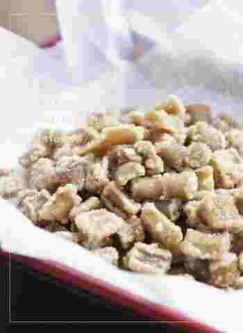 酢水につけて茹でたごぼうを、てんさい糖を入れた水で煮込むだけ。ポリポリやみつきになるおやつです。