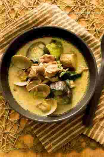 ナンに合わせるスープといえば、やはりカレー味。こちらは、あさりの旨味を吸った野菜やお肉が美味しいカレースープ。豆乳やカレー粉を使うので、特別な材料を使わないでできるのも嬉しいですね。