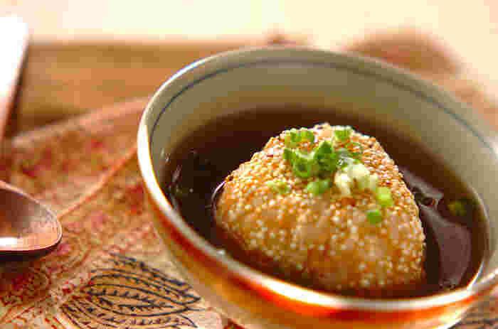 サケフレークを混ぜ込んだご飯にキヌアをまぶしてフライパンで焼けば、カリッと香ばしい焼きおにぎりになります。麺つゆに片栗粉でとろみをつけたあんをかければ、ささっと10分で本格派のあんかけおにぎりの出来上がり!朝食にも良さそうですね。