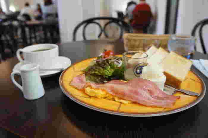 焼きたてパンでいただくモーニングや、サンドイッチをメインにしたランチ、有機栽培コーヒーやノンアルコールカクテルなどのドリンクは2階のカフェスペースでゆっくりと楽しむことができます。