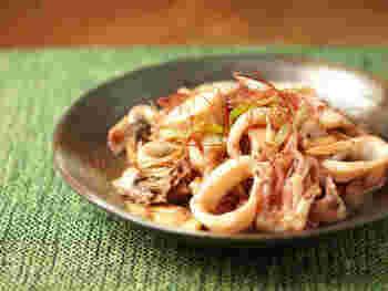 イカの切り身、舞茸とネギを炒めた、旨みがぎゅっと詰まったバター炒め。スルメイカやヤリイカなど、種類によってまた違った食感が楽しめます。