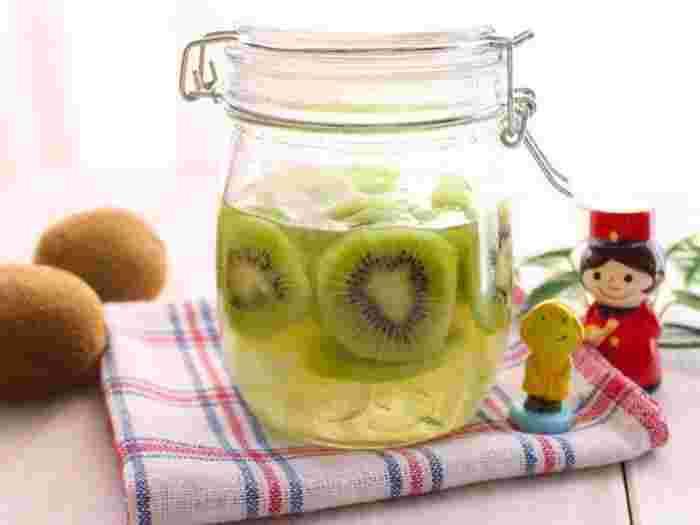 漬け込み中の容器を飾っておきたくなるような、爽やかな色合いのキウイ。1年中手に入る果実なので、チャレンジしやすいですね。