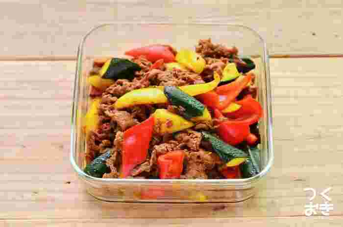 夏野菜をたっぷり使えば、栄養を補いつつ、彩りをプラスすることができますね。お弁当に入れれば、これ一つで赤・黄・緑が補えて便利。冷蔵で5日もつので、多めに作り置きしておいても。