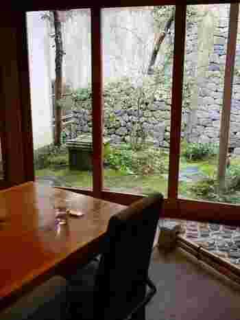 金沢21世紀美術館のほど近く、老舗料亭「杉の井」が営む本物志向の和カフェです。こだわりの甘味と美しいお庭が楽しめ、季節の移ろいを食と目で感じられます。