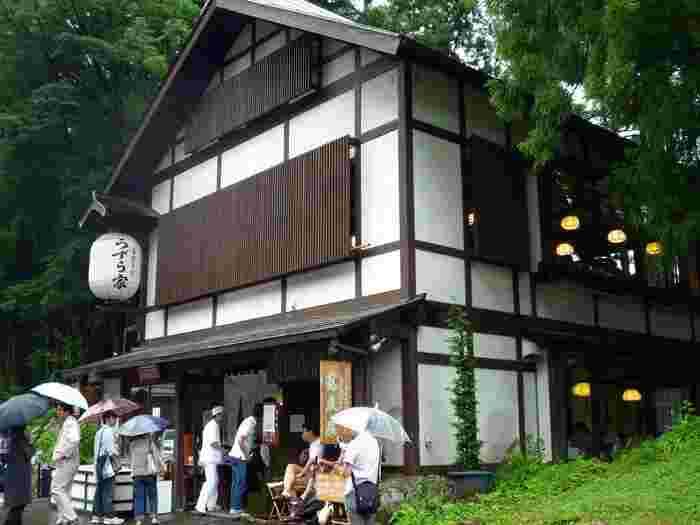 戸隠神社門前にある戸隠の中でも人気の高いそば処「うずら屋」。季節、天候を問わず、多くの人で賑わっています。