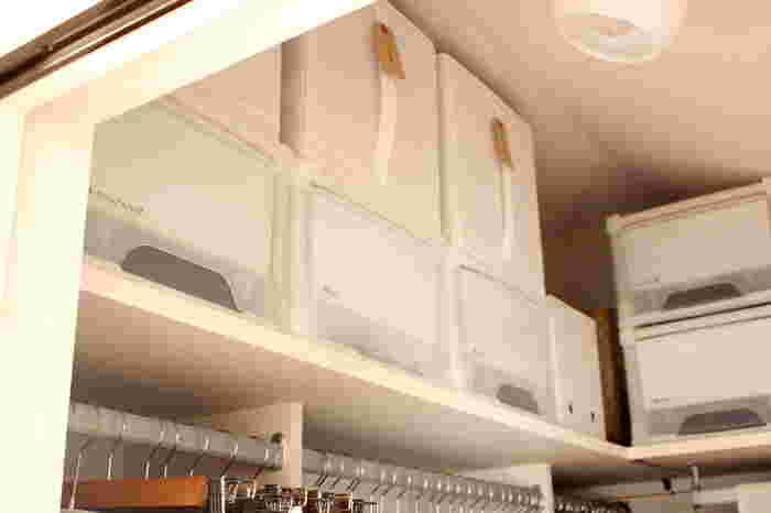 クローゼット内の棚上にスペースがあれば、収納ボックスを置きましょう。 出し入れの負担にならない持ち手付きボックスを選ぶと◎