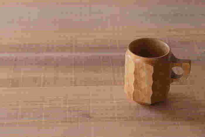 森の香りがしそうな、ナチュラルな木製カップ。硬質なタブノキを使い、手彫り跡をダイレクトに残したユニークなデザイン。軽くて手にしっくりとなじみ、経年変化を楽しめるカップです。
