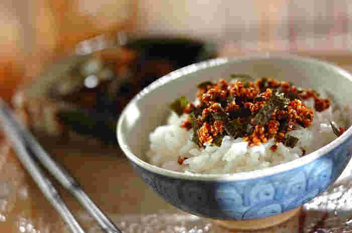 白ゴマ、かつお節と焼きのり、味付けはしょうゆ、 砂糖、みりん、酒と、お家にあるものだけで簡単に作れる自家製の風味豊かな「白ゴマかつおふりかけ」は、家族みんな、ご飯のお代わりが止まらなくなるかも。