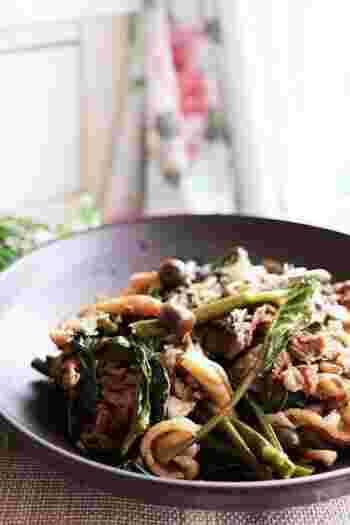 下味をつけた牛肉、空芯菜、しめじをオイスターソースでさっと炒めて。しっかり味で、にんにくを使わなくても食が進むおかずレシピです♪