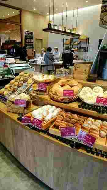 ベーカリーファクトリー吹田紫金山の店内は広々としており、広い店内には豊富な種類のパンが揃えられています。
