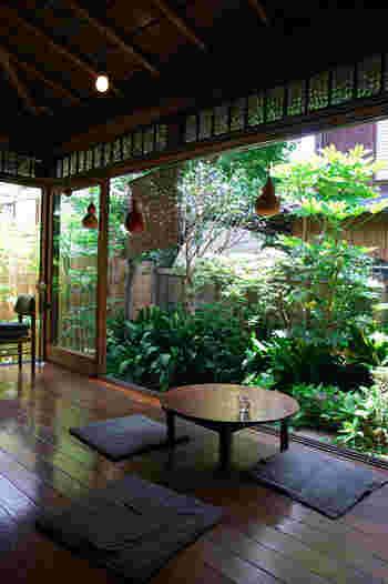鎌倉大仏などの観光で賑わう長谷周辺にある古民家カフェ「一花屋(イッカヤ)」。  人通りを抜けた路地裏にあるので、まるでこちらだけ別世界のような落ち着いた空間が広がっています。