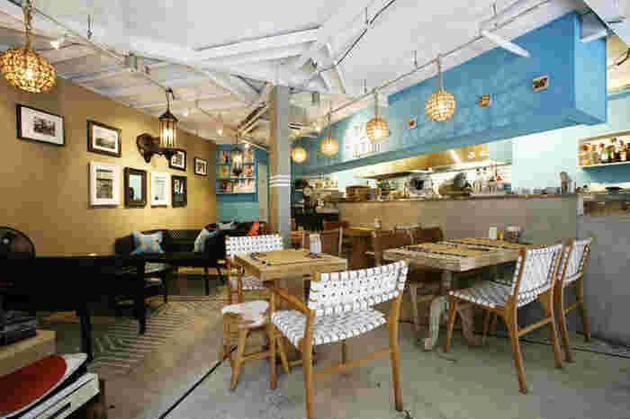 ターコイズブルーの壁が印象的な店内は、家具などすべてオーダーメイドなのだそう。