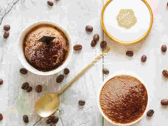 インスタントコーヒー、カルーアリキュール、生クリーム、コンデンスミルクで作るコーヒーの香りがたまらない大人のアイスクリーム。インスタントコーヒーは、牛乳で溶けるタイプを使う事に気をつければ、簡単に風味抜群のコーヒーアイスクリームが作れます。