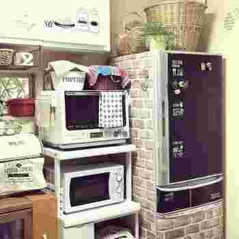 冷蔵庫にリメイクシートを貼って、イメージチェンジ。冷蔵庫はかなりの空間を占めますので、そこだけリメイクしてもキッチンの雰囲気が変わります。