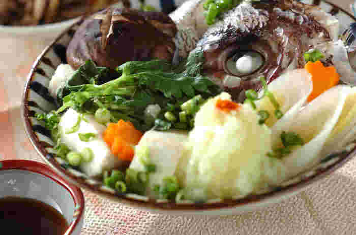 器に鯛のお頭とたっぷりの野菜を盛り付けてから、蒸し器に入れます。魚のうまみをたっぷり味わえます。