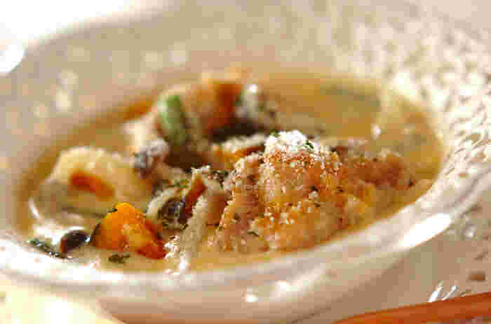 フライパンで手軽に作れるクリーム煮は冬にぴったりのひと皿。かぼちゃのやさしい甘さに心まで温まります。鶏肉や野菜で食べ応えも◎残ったソースはパンにつけて召し上がれ♪