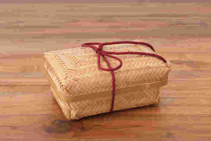 素材となる竹を蒸し焼きして炭化加工したすす竹を隙間なく交互に編む「網代網み(あじろあみ)」という技法で作られたお弁当箱。九州の職人さんによる手作業で丁寧に作られたこちらは、まるで伝統工芸品のような風格のある佇まいです。
