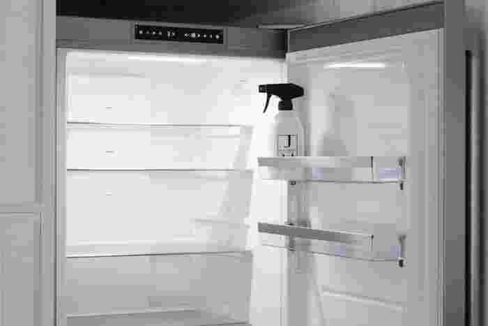 モノが少なくなってくる週末など、ちょっとしたタイミングを見つけて冷蔵庫の中をさっと拭き上げておきましょう。全部の段を一気にやるのは大変でも、上半分、下半分、サイドポケット、といったようにエリアを区切って拭き上げるとあっという間に終わります。