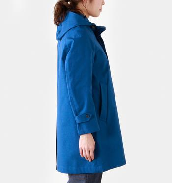 コットン生地にボンディング加工が施されたハリ感のあるコート。「ボンディング加工」とは、表地と裏地を接着剤で張り合わせてある衣類のこと。スプリングコートでは良く使われているんですよ。