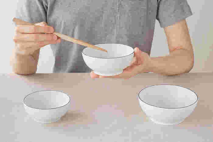 サイズは、女性が持つとちょうどいい大きさの「中」に、男性におすすめの「大」、小さな子どもにぴったりな「小」の3サイズ。浅めのデザインのボウルなので、お茶碗としてだけでなく、スープや煮物を盛り付けるのにもちょうど良い。
