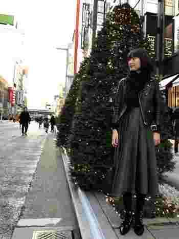シック&大人な装いには黒の無地のジョンストンズストールを…。