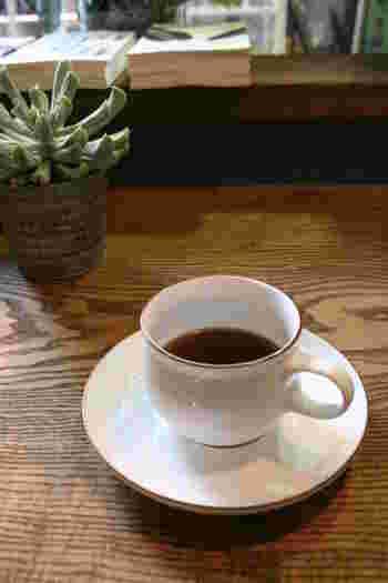 コーヒーは素材や味にこだわったスペシャルティコーヒーをリラックスしながら楽しめます。  一人でも、大切な人と一緒に行ってもどちらでもリラックスした楽しいひとときを過ごすことが出来ますよ。