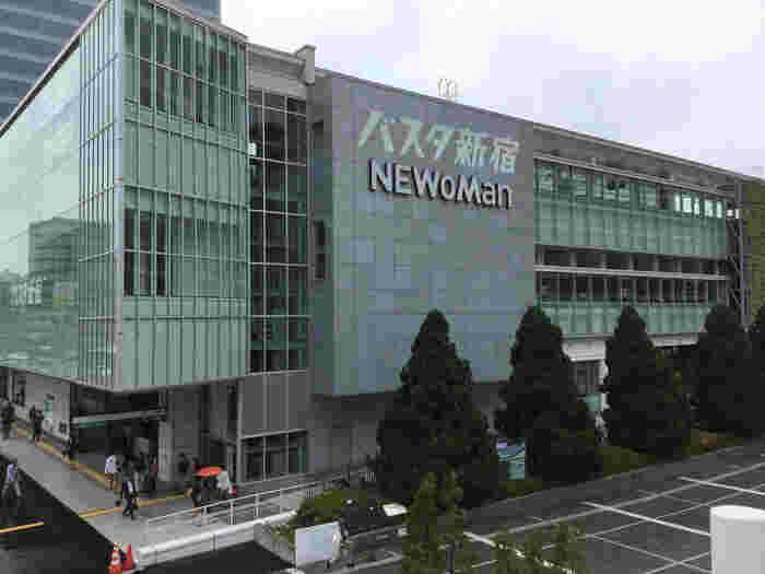 2016年春、日本最大級の高速バスターミナル「バスタ新宿」の開業に伴い、あわせてオープンを果たしたのが「NEWoMan(ニュウマン)」。「バスタ新宿」はもちろん、「新宿駅」構内につながっている複合商業施設です。 なんと、入居店舗の約8割が、新宿エリア初登場とのこと!旅行客がお土産を買う場所としてはもちろんですが、ショッピングスポットとしても人気を集めています。