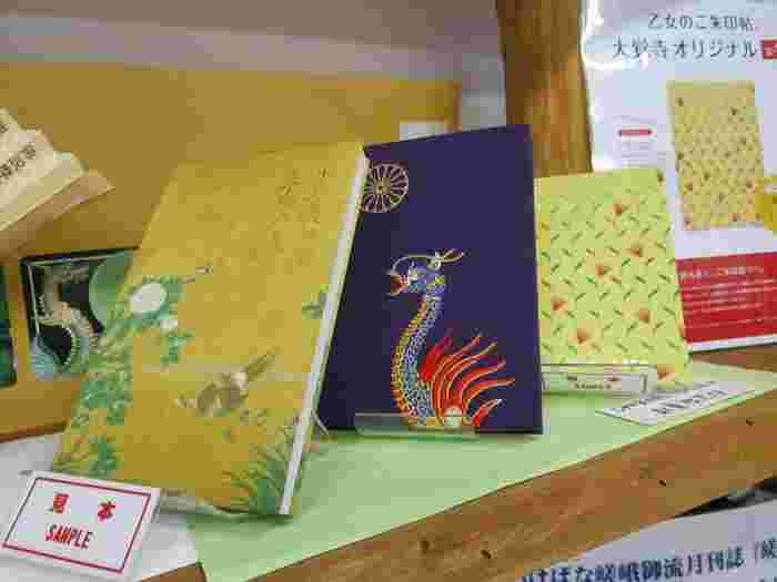 京都・嵯峨野にある大覚寺のオリジナル御朱印帳。大覚寺は別名「嵯峨御所」とも呼ばれ、「いけばな嵯峨御流」のお家元としても知られています。画像左の御朱印帳は宸殿の「牡丹の間」にある狩野山楽の襖絵をモチーフにしたもの。豪華絢爛です。