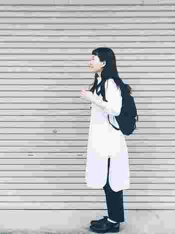 白のシャツワンピースがメインのモノトーンコーディネート。無地のシンプルなシャツワンピースには、アクセントとしても黒のリュックがよく似合いますね◎ これからの季節はお出かけのシーズンなので、トレンドのリュックは欠かせない存在。軽快にお出かけできる頼もしい味方です♪
