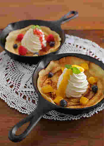 遅く起きた休日、カフェ気分で甘~い朝食はいかが?スキレットを使うと、パンケーキもいつもと少し違う特別感がありますね。