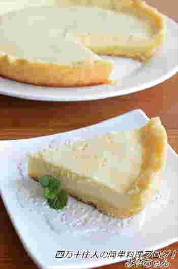 オーブンを使わないからとっても手軽。こちらのレシピならタルトの生地もフライパンの中で作れてしまいます。食べたい時にすぐ作れるチーズケーキタルトです。