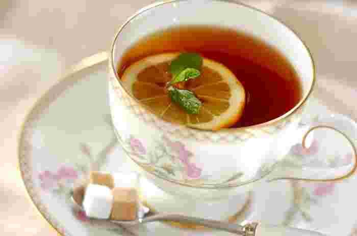 花柄などのカップには、あえてシンプルな飲み物が合いますね。レモンティーに、ミントを浮かべて。爽やかな香りに癒されます。クッキーなど添えてどうぞ。