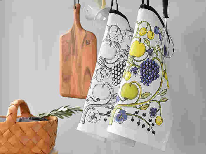 フィンランド出身「Kuovi(クオヴィ)」のキッチンクロス。北欧ファンの方ならご存知の方も多いはずです。陶器ブランドの「ARABIA(アラビア)」社の人気デザイン食器が、キッチンクロスになりました。洗練されたデザインは、見ているだけで惚れ惚れしてしまいます。お皿や手を拭くのはもちろん、ランチョンマットや目隠しとしてもお使いいただけますよ。