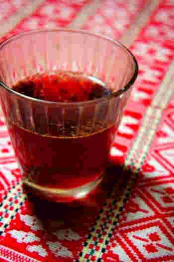 【ぶどうジュースでグリューワイン】  ワインの代わりにぶどうジュースを使って作るホットワイン風ノンアルコールドリンク。シナモンや生姜などスパイスを加えた、本格的な味わい。本当のホットワインを飲んでいる気分になれるかも?!
