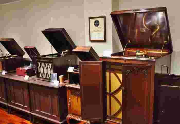館内には明治~昭和初期に製造された貴重な蓄音器600台、SPレコード2万枚が所蔵・展示されています。2階の展示室では毎日3回、各時代の代表的な蓄音器の音色を聴き比べる実演会が行われているので、時間に余裕がある人はぜひ体験を。