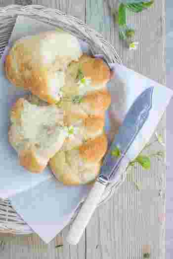 パンの中でも、精製された小麦粉が使われている柔らかくて白いパン、糖質たっぷりのあんこや砂糖が入っているパン、糖質だけでなく脂肪も含まれている揚げているパンなどは、特に注意が必要です。たまに食べるのはOKですが、毎日食べるのは控えたほうがいいかもしれません。