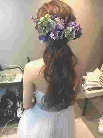 気負わない柔らかい素材のドレスには、ダウンスタイルが断然おすすめです。肩が出ているドレスも、髪を垂らすことで露出が抑えられるのもポイント。垂らした髪に負けないような、ボリュームのあるヘッドドレスで華やかに♪