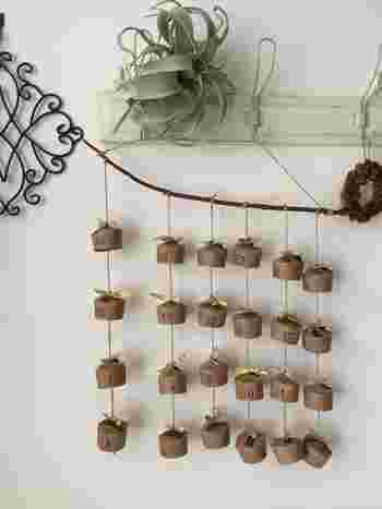 100均紙コップにマステやスタンプでデザインを施して、丈夫な枝や流木などに吊るして。お手軽に出来て、大人っぽいアドベントカレンダーですね。