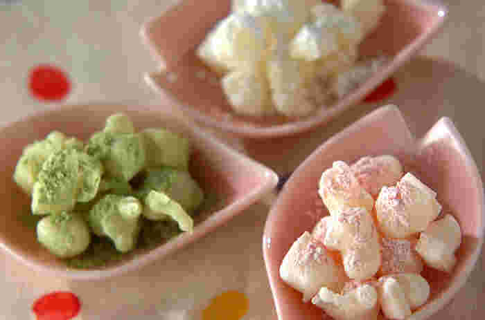 切り餅で簡単にひなあられができるんです。三色に色づけした粉砂糖をまぶせば立派なひなあられに♪