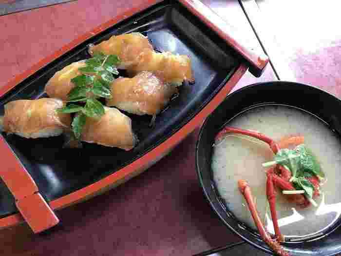 「かあちゃん」では、伊豆諸島の郷土料理であるべっこう寿司をいただくことができます。「べっこう寿司」とは、唐辛子醤油に漬け込んだ切り身を使ったお寿司のこと。さらには、サザエやタコ、エビなどの食材が詰まった磯ラーメンも人気メニューのひとつです。「かあちゃん」で伊豆大島だからこそ味わえる海鮮料理をぜひ堪能あれ。