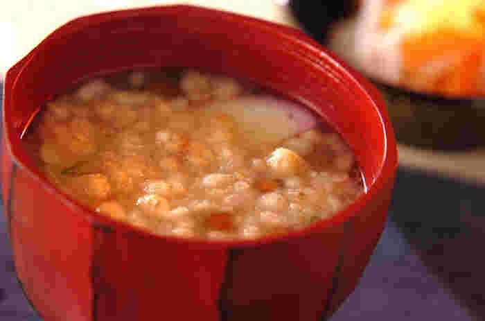 こちらは天かす・かまぼこ・ナメコ・ネギを具材にしたお味噌汁です。天かすはうどんやお蕎麦に入れるのが定番ですが、みそ汁の具材に入れてもとっても美味しいんですよ。いつもの味噌汁に加えるだけで、コクがプラスされてより濃厚な味わいに。サクサクした食感も美味。
