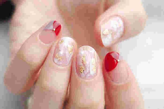 紅白と箔ホイルで華やかな「お正月ネイル」。人差し指と小指は、くすみバイオレットと鮮やかな赤の丸フレンチにスタッズをあしらって上品な印象に。和装にもぴったりのデザインです。