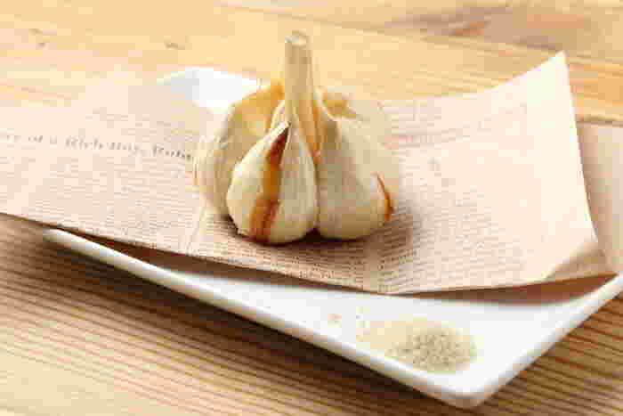 ホクホク熱々!丸ごと「にんにく料理」が食べたいときの、おすすめレシピと専門店