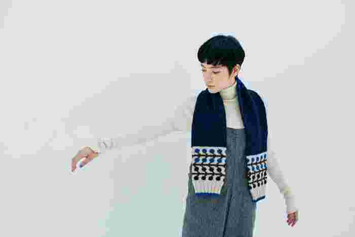 両端がセーターの裾のようになっているので、まるで後ろから抱きしめられているように見える「ハグマフラー」。とってもキュートなデザインなので、自分用としてはもちろん、大切な人に心を込めて編んであげるのもおすすめです。