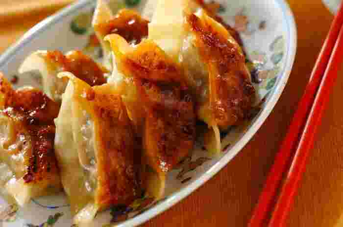 イカの塩辛を使って味わいを深めた餃子。オイスターソースもいい味を出してくれます。たれをつけなくても、やみつきになるほどおいしい餃子です。