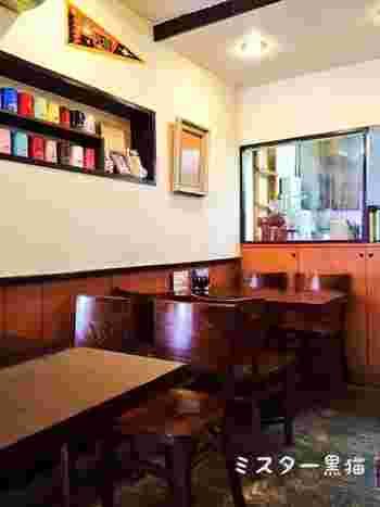 昭和の古きよき喫茶店の雰囲気が残る店内。15席のテーブル席は満席になってしまうことも少なくありませんが、活気があって居心地の良い雰囲気に惹かれるファンも多いんだとか。