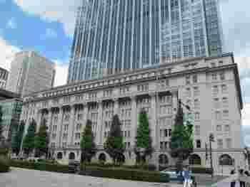 国の重要文化財である明治生命館。当時の近代建築の最高峰だったという歴史上名高い建築物と言われています。細部まで細かく装飾された建築様式が美しいです。