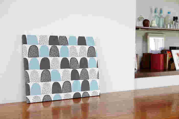 今やインテリア雑貨の定番アイテムとなった、ファブリックボード。壁にかけても、立てかけても見せ方は様々。お部屋の、少し寂しいなと感じる場所に飾るのがポイントです。