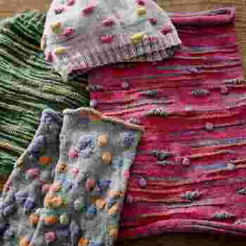 同じく魔法の糸オパールで作る、梅村マルティナ氏監修の「レリーフ編み」の毛糸。糸の色の変わり目を目安にして、立体的な飾りを編み込むレリーフ編みは、複雑そうに見えますが、こちらの毛糸はレリーフ編みに適した作りに仕上がっており、どれもベースカラー1色に、アクションカラー5色で構成されており、色の変わり目がくっきりしているので、初心者さんでも手軽にレリーフ模様を作りやすくなっています。